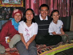 """Blik op de berg Kanchenjunga Tibetaanse Tempel Trekking bouwsteen in Sikkim """"Grappig is dat deze provincie zo anders is dan West Bengalen. De mensen zien er helemaal niet uit als Indiërs, maar meer als Chinezen of Tibetanen met spleetoogjes. De natuur is hier grillig. De bergen zijn ontzettend hoog en de weggetjes waarop we rijden voeren ons langs diepe en stijle ravijnen. Soms moeten we een oude hangbrug over. 1 auto tegelijk. Alles trilt en schudt. Best prettig om zo'n ervaren chauffeur te hebben... De bergen zijn groener dan groen. Alleen maar bomen, planten, gras, mos en varens. Boven de hoge bergen zie je steeds de witte pieken van de Himalayas met de Kanchenjunga als hoogste berg in Sikkim. Het hotel in Pelling heeft gelukkig af en toe stroom en af en toe alleen maar kaarslicht. Stromend water is hier niet, ja wel uit de hemel. Het regent en het regent... Enorme hoeveelheden die middag. De straten worden omgetoverd tot rivieren en overal zijn ineens kleine en grotere watervallen te zien. Hoewel we al genoeg regen zien in Nederland, is dit toch wel een mooi gezicht. Die avond houdt het op met regenen en trekt de lucht open. Alsof het uit niets tevoorschijnt komt, zijn daar weer de machtige witte pieken te zien met de zonsondergang, een prachtig gezicht. Mooie foto's van genomen ook!"""" Travelnotes India van Arnout Broer"""