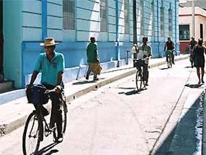 Fietsen door straatje in Camaguey