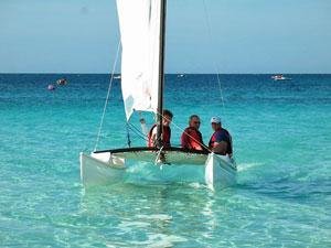 Catamaran varen op zee