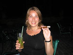 Reizigster met mojito en sigaar