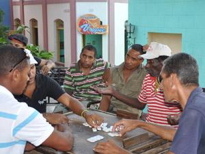 Cubanen spelen domino op straat
