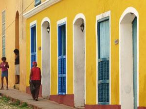 Individuele rondreis Cuba: Kleurrijk straatje in Trinidad