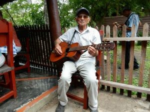 man-met-gitaar-cuba