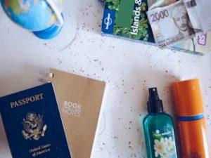 reizen-paspoort-zonnebrand-wereldbol-zand-strand-vakantie