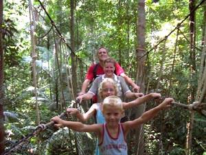 Canopywalk met kinderen in Maleisie