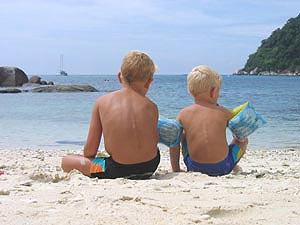 strand met kinderen Maleisië