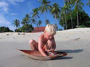 jongetje op strand langkawi maleisie