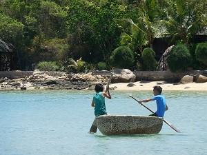 Palmeneiland Vietnam - Locals met bootje op water