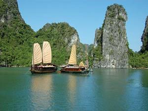 boten halong bay vietnam