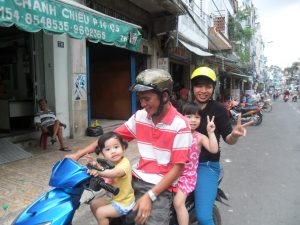 Vietnam weetjes - gezin op de motor