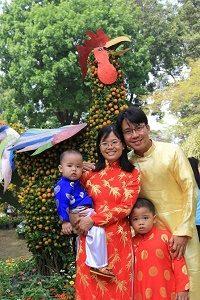 Onze lokale partner en zijn gezin met TET-festival
