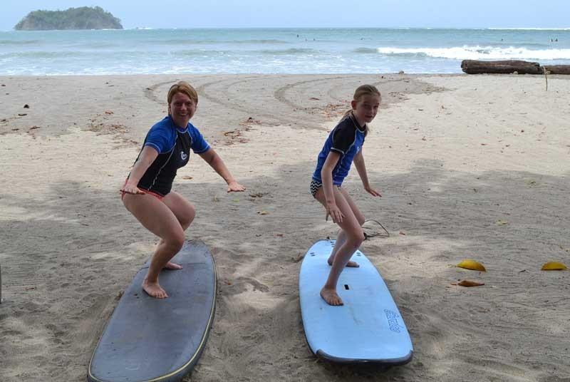 Surfing Samara Costa Rica strand - kinderen krijgen surfles