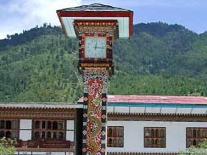 Weet je dat? Tijdverschil: in Bhutan is het 4 uur later dan bij ons. In de winter is het nog een uur later. Als het bij ons in de zomer 13:00 uur 's middags is, is het in Bhutan 17:00 uur 's middags. In de winter verzetten de Bhutanezen de tijd niet, ze werken gewoon een uur korter per dag. Taal: Dzongha is de officiële taal, maar met Engels kun je goed uit de voeten. De gids en chauffeur die met je meereizen spreken Engels. Ook verkeersborden, menukaarten en boeken zijn in het Engels. En op scholen wordt Engels gegeven. In het oosten en hoger gelegen gebieden wordt er veel dialect gesproken, Engels is daar wat minder gebruikelijk. Voltage: de netspanning is 220 Volt. Er zijn vaak afwijkende stopcontacten, waardoor het wel handig is om een wereldstekker mee te nemen. Het kan nog wel eens voorkomen dat de stroom uitvalt. Een zaklamp komt dan goed van pas. Drinken/eten: Bhutan kent een grote variatie in groente en fruit. De basis van de Bhutanese keuken is rijst, gerst of aardappelen. En natuurlijk ontbreken de chilli's niet. Meestal staat er in de hotels een buffet klaar. Niet heel uitgebreid, maar prima. Kraanwater is nìet drinkbaar, flessen water zijn overal te koop. Let wel even op dat de flessen gesealed zijn en wees voorzichtig met ijs. Pas op met het eten van ongewassen of rauwe producten. Zie voor uitgebreide informatie onze pagina over gezondheid.