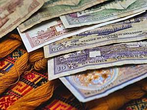 Geldzaken in Bhutan Je reis naar Bhutan is een geheel verzorgde reis. Alle maaltijden, excursies, vervoer en overnachtingen zijn geregeld en bij de prijs inbegrepen. Je hebt ter plaatse dus niet veel geld meer nodig. Door het hele land zijn er maar een paar pinautomaten waar je met een Europese pas geld kunt opnemen. We raden je daarom aan om bij aankomst op de luchthaven van Paro direct wat geld om te wisselen. Bij de meeste Nederlandse banken zijn om veiligheidsredenen bankpassen standaard op gebruik binnen Europa ingesteld. Je kunt er zelf voor kiezen om deze uit te breiden naar 'wereld', zodat je pinpas ook buiten Europa bruikbaar is. Omdat je gaat reizen buiten Europa raden we je aan dit voor vertrek te doen. Voor meer informatie kun je contact met je bank opnemen. De munteenheid van Bhutan is de Ngultrum. De koers van de Ngultrum staat gelijk aan de Indiaase rupee. 100 Bhutanese Ngultrum of 100 Indiase Rupee staat gelijk aan ongeveer € 1,57 (april 2008). Kom je vanuit India, dan kun je in Bhutan gewoon nog je Indiase Rupees opmaken. Let er wel op dat je niet met briefjes van 500 en 1000 Indiase Rupees kunt betalen.