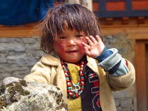 bhutan zwaaiend meisje