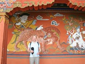 Overige betaalmiddelen Creditcard Creditcards worden slechts op enkele plaatsen geaccepteerd. Je kunt bij bepaalde souvenirswinkels of op sommige markten met een creditcard betalen. Toch is dit nog niet echt een gerenomeerd betaalmiddel in Bhutan. De transacties duren heel lang en je betaald een hoge commissie. Daarnaast kun je alleen met Visa creditcard betalen. Traveller cheques Traveller cheques van de bekende merken (o.a Thomas Cook, American Express, Visa) worden geaccepteerd in Bhutan. Je kunt ze omwisselen bij een bank of bij het geldwisselkantoor op de luchthaven vsan Paro. Wel wordt er vaak commissie gerekend voor het omwisselen.