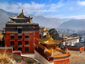 Dag 2 Gangtok, bezoek kloosters De kloosters nabij Gangtok worden nog maar weinig door toeristen bezocht en zijn de oorspronkelijkheid daardoor niet verloren. Een hobbelige weg brengt je naar de kloosters van Phudong en Labrang. Labrang is de oudste en ligt er sereen en rustig bij. Phudong is wat groter en is een van de belangrijkste kloosters van Sikkim. De kloosters zijn gebouwd op een groene heuvel vanwaar je een heel mooi uitzicht hebt op het omliggende landschap; de witte toppen van het Kanchenjunga gebergte steken overal bovenuit. De kloosters staan bekend om hun uitbundige muurschilderingen in alle kleuren van de regenboog. Ze doen zelfs een beetje Chinees aan met hun omgekrulde drakendaken. Je vindt hier ook de monniken in hun typische oranje gewaden. Aan het einde van de middag rijd je terug naar je hotel in Gangtok.