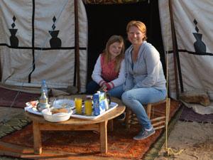 Mariska en Merel bij tent