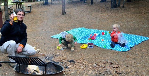 met kleine kids kamperen in amerika