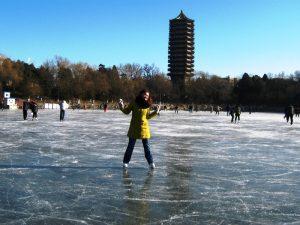 Schlittschuhlaufen auf dem Weiming See in Peking