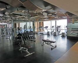 Gut eingerichtetes Fitness Center