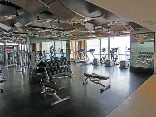 Gut eingerichtetes Fitness Center