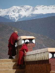 Shangri La China: Buddhistische Mönche vor einem Kloster