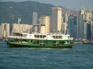 Hong Kong Reise: Fähre vor der Skyline von Hong Kong