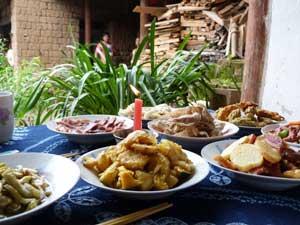 Probieren Sie das Mittagessen einer Naxi Familie