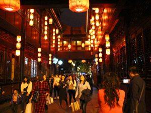 Stimmungsvoll beleuchtete Fußgängerzone in Chengdu