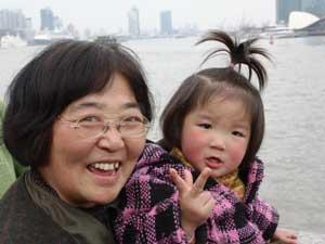 Frau mit Tochter in Shanghai