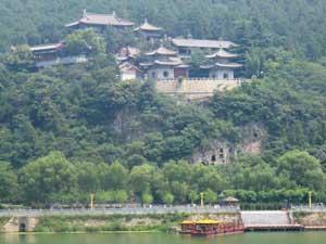 Das Xiang Shan Kloster gegenüber der Longmen-Grotten