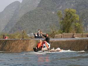 Traditionelle Bootsfahrt in exotischer Umgebung bei Yangshuo