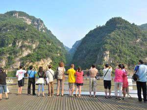 Reisende auf dem Deck des Yangtze Kreuzfahrtschiffes