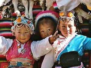 Kinder in traditionellen Trachten
