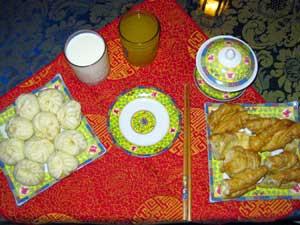 China Spezialist isst mit der einheimischen Bevölkerung