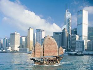Dschunke vor der Hong Kong Skyline