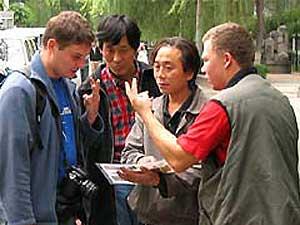 Chinesen helfen Touristen, den Weg zu finden - notfalls mit Händen und Füßen