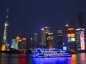 Huanpu Fluss und Shanghais Skyline bei Nacht