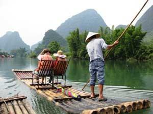 Floßfahrt mit Ausblick auf die Karstberge bei Yangshuo