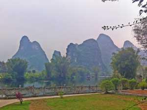 Karstberge und Fluss in Yangshuo
