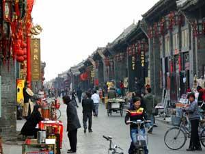 Geschäfte und Menschen in Pingyaos Altstadt
