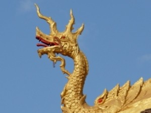 Goldener Drachenkopf vor blauem Himmel