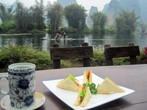 Snack am Yulong River