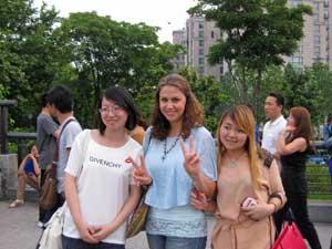 Touristin mit Chinesinnen in Shanghai
