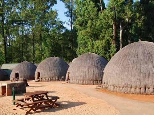 huttendorp met bijenkorfhuisjes in Swaziland