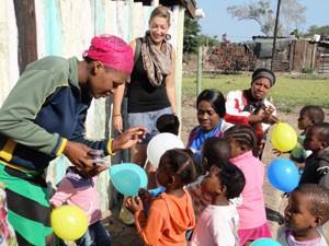 Anneloes bij township in Zuid-Afrika