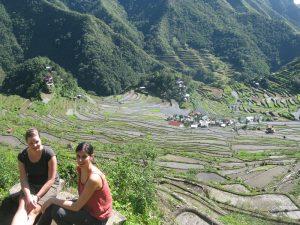 Zwei Frauen am Aussichtspunkt in Batad