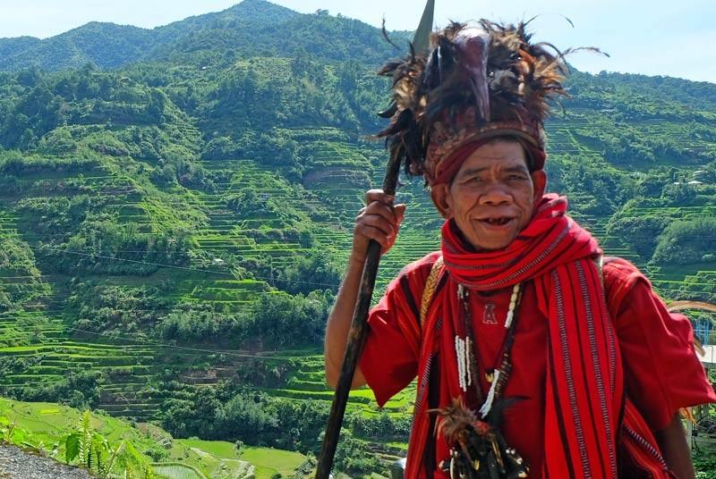 Ifugao-Mann in traditioneller Kleidung vor Reisfeld