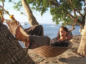 Frau entspannt in Hängematte in El Nido